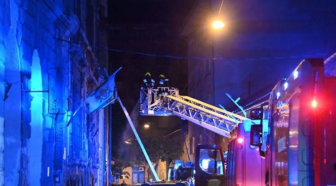 A tetőre menekültek az emberek a tűz elől egy munkásszállón