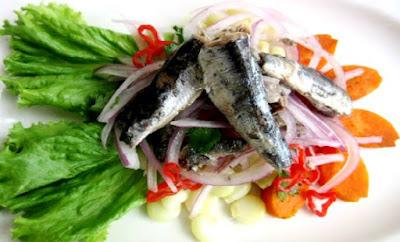 Foto de una comida de anchovetas (Ceviche)