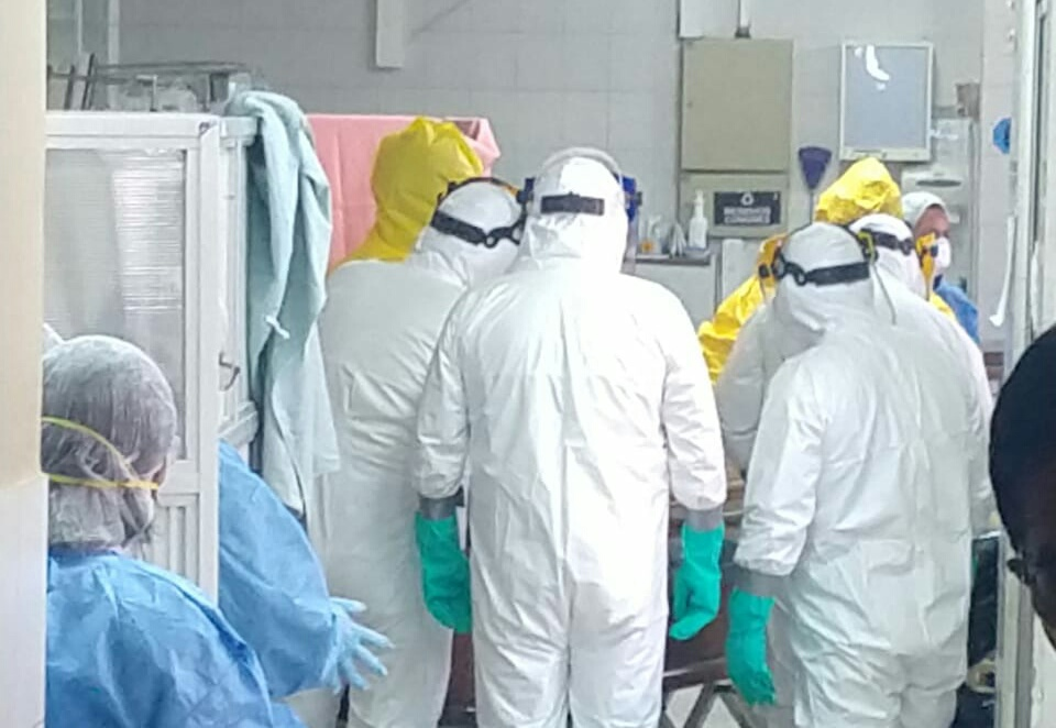 Personal médico y funcionarios del Ministerio de Salud, ayer, en el levantamiento del cuerpo del doctor Vidales / RRSS