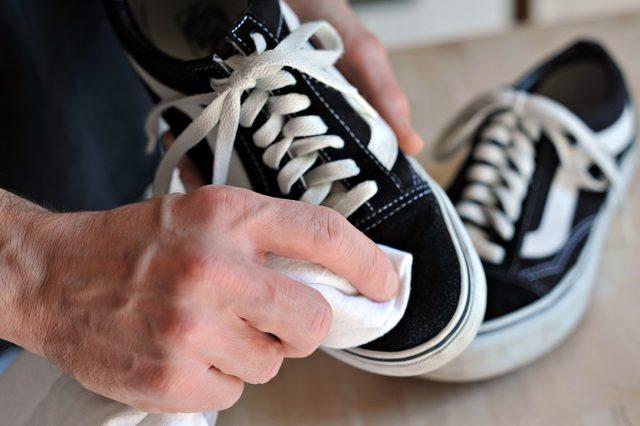 Tips Mudah Bersihkan Sneakers dengan Air Hangat dan Baking Soda