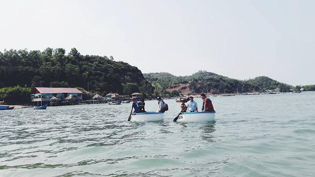bơi thuyền thúng trên vịnh Xuân Đài