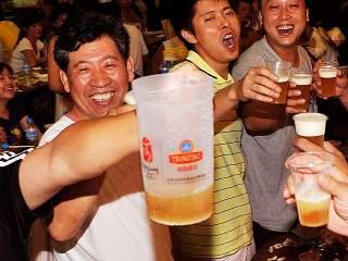 Orientales bebiendo cerveza