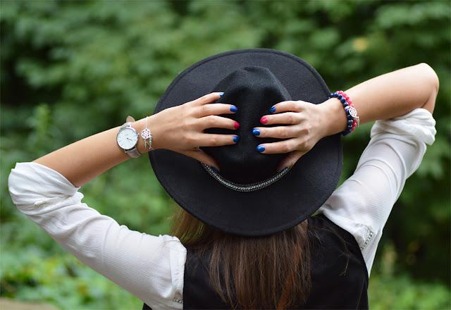 modny czarny kapelusz w kowbojskiej stylizacji