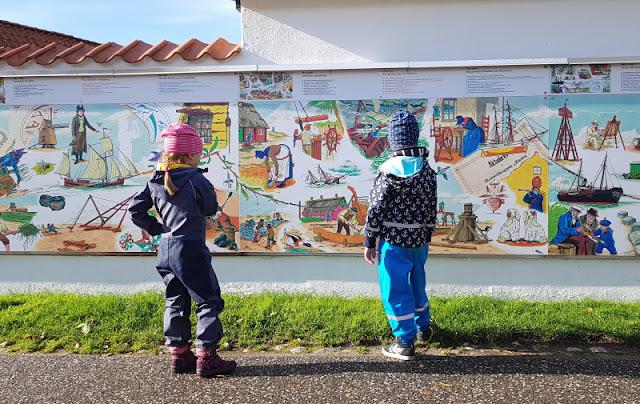Urlaub auf Fanø mit Kindern: 12 Ausflugstipps für das wunderschöne Sønderho. Ein toller Tipp: Auf dieser Mauer ist die Geschichte von Sönderho auf Fanö dargestellt.