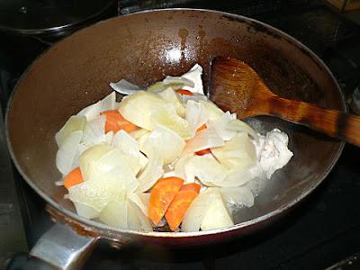 根菜をフライパンへ