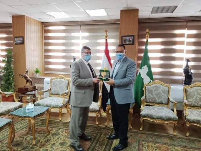 محافظ الشرقية يُكرم وكيل وزارة الضرائب العقارية بمنحه ميدالية تذكارية تحمل شعار المحافظة