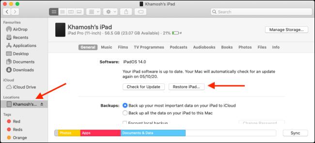 """انقر فوق جهازك في الشريط الجانبي ، واضغط على خيار ، ثم انقر فوق """"استعادة iPad""""."""