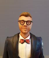 statuette realistiche sposo occhiali cravattino rosso torta nozze orme magiche