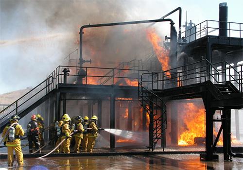 Lính cứu hỏa đang dập lửa