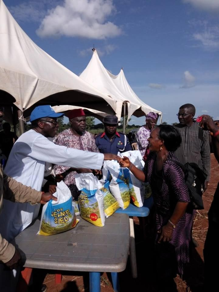 Photos: FG distributes planting seeds to Benue farmers