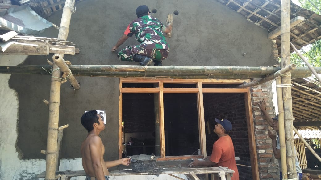 Babinsa Sukosari Madiun Bantu Pengerjaan RTLH Bersama Warga Binaan
