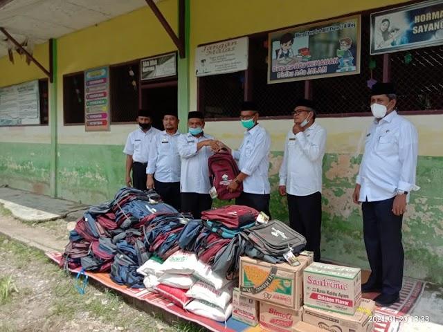 Ratusan Siswa Siswi Sekolah Dasar Di Kabupaten Aceh Utara Dapat Bantuan Perlengkapan Sekeloh Pasca Banjir