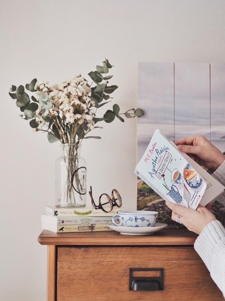 Moment cocooning à l'heure du thé et lecture d'Agatha Raisin