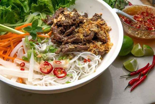 Bún thịt nướng cũng là món ăn đặc trưng Huế được nhiều du khách ưa chuộng. (Ảnh: wiki-travel.com.vn)