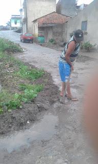 Em Guarabira morador faz trabalho que seria feito por garis no  Alto da Boa Vista