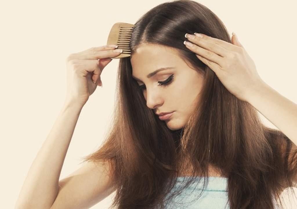 """Durante a gestação, muitas mulheres experimentam uma fase de intensas transformações e algumas delas são sentidas nos cabelos, que ficam extremamente brilhantes, densos, proteicos e com crescimento acima da média. """"Isso ocorre durante a gestação por conta do estímulo dos hormônios femininos nos cabelos, que ficam em fase anágena, de crescimento."""
