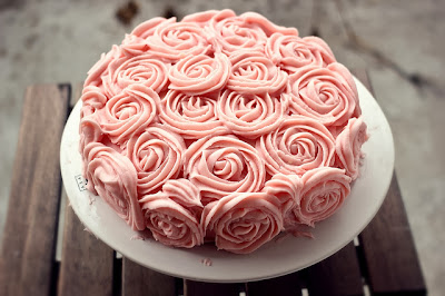http://cookiesandcrystal.blogspot.de/2013/03/birthday-rose-cake.html