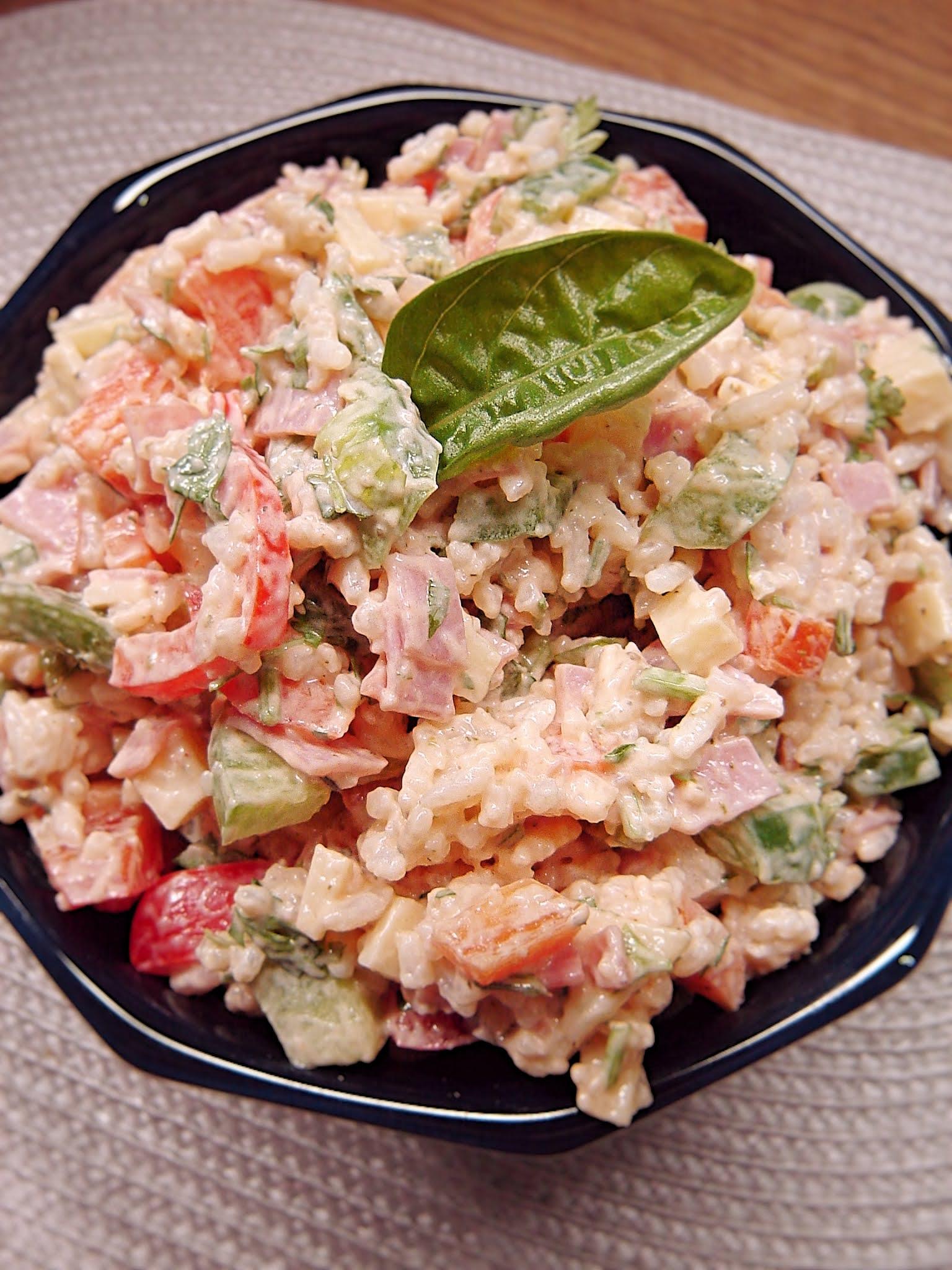 Sałatka ryżowa z kiełbasą żywiecką i serem żółtym