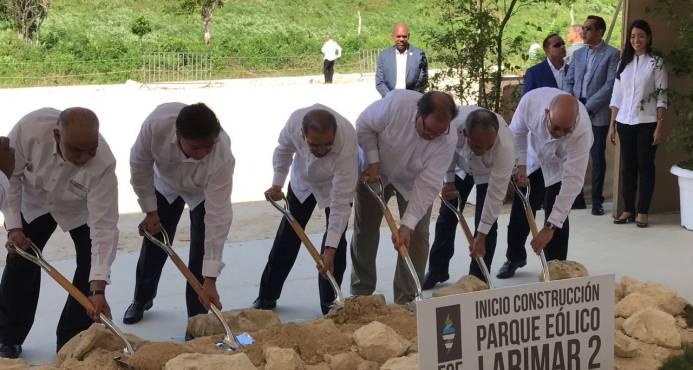 Presidente Medina deja iniciada construcción de parque eólico en Enriquillo