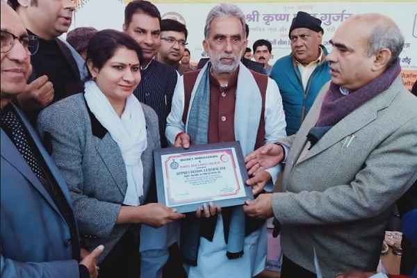 bjp-leader-aneeta-sharma-awarded-by-minister-krishan-pal-gurjar