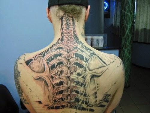 Tatuaje en 3d con esqueleto