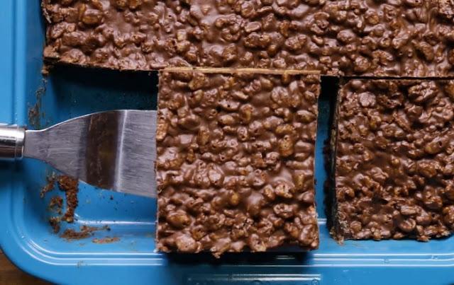 Peanut Butter Rice Krispie Bars #desserts #bars