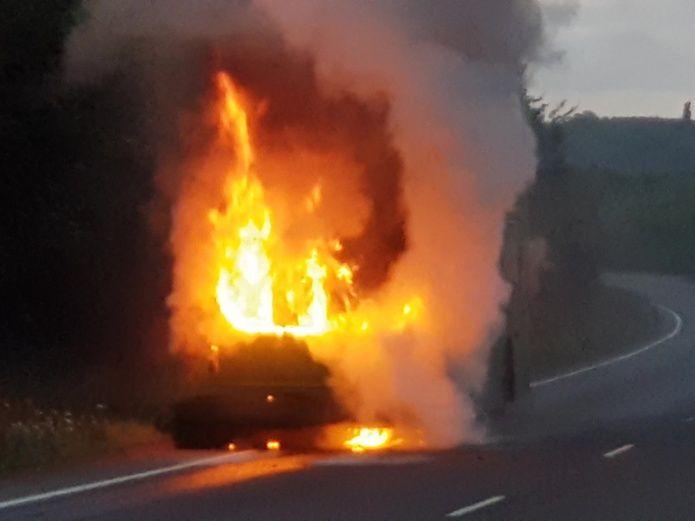Delincuentes queman a niño y a su mamá en una combi de Edomex
