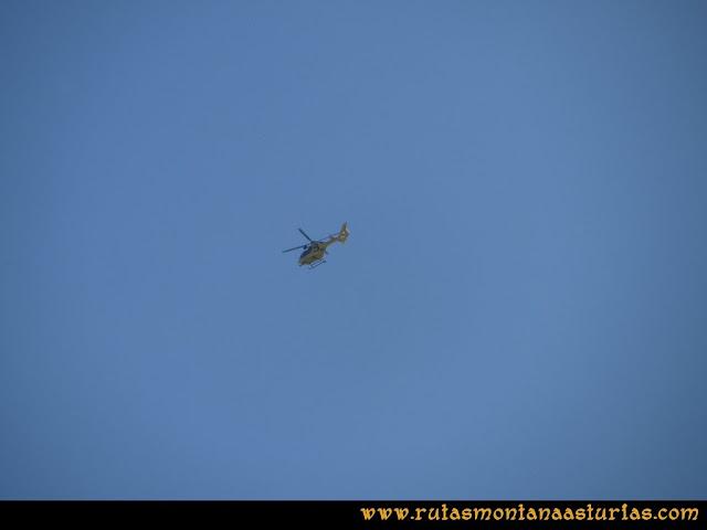Ruta Ercina, Verdilluenga, Punta Gregoriana, Cabrones: Helicóptero de Bomberos de Asturias tras un rescate en la Robliza