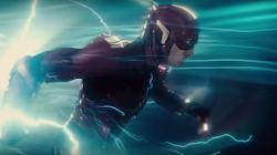 Flash di chuyển nhanh hơn vận tốc ánh sáng để cứu sống cả team
