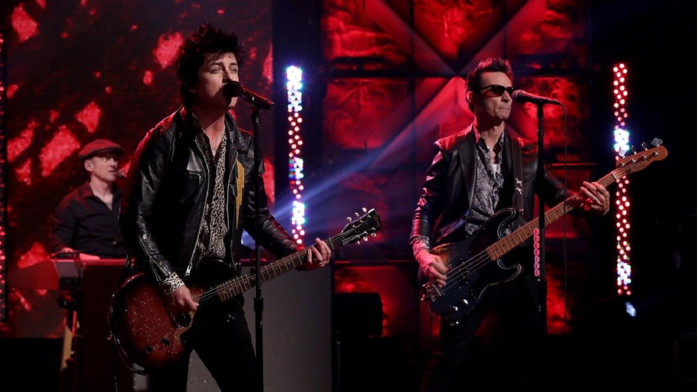 """Green Day se unirá a la celebración del Super Bowl 2021, eso sí, su concierto o será el día del juego entre los Tampa Bay Buccaneers y Kansas City Chiefs, sino el 6 de febrero, un día antes del juego.  """"¡Emocionados por finalmente estar de vuelta en el escenario!"""" agregó la banda a su comunicado donde confirmó su concierto, asegurando que será un show épico.   De esta manera los fanáticos de la agrupación liderada por Billie Joe Armstrong podrán esperar las canciones más conocidas de la banda, teniendo en cuenta que su exitoso álbum 'Dookie' cumplió 27 años en febrero de este año, además que en el 2019 estrenaron su decimotercer y más reciente álbum de estudio, Father of All Motherfuckers.  ¿A qué hora puedo verlo? Para que los fanáticos de la música de Green Day no se pierdan detalle alguno de su show, deberán conectarse al canal de YouTube de CBS y la NFL a las 7:00 P.M.  Aparte de Green Day, The Weekend, Ariana Grande, Daft Punk y Kendrick Lamar también participarán en el Super Bowl, eso sí, en el show de medio tiempo."""