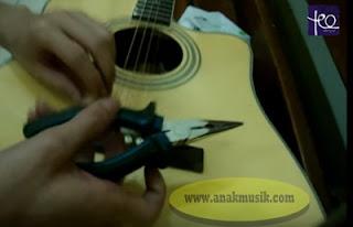 Cara Memasang Senar Gitar Akustik Dengan Baik Dan Benar