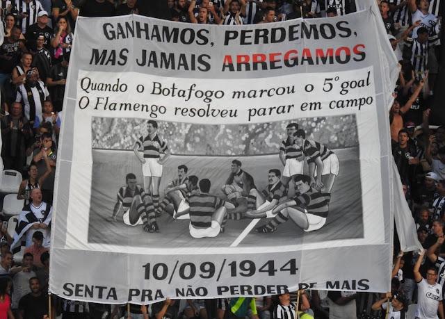 """O jogo do urubu sentado:  Em 10 de setembro de 1944 o Botafogo venceu a urubuzada por 5 x 2. No quinto gol a bola entrou mais de 10 metros na baliza deles e o juiz, que era honesto, validou nosso golaço. Os jogadores do urubu, inconformados com a sova que levavam, resolveram fazer pirraça e sentaram no gramado recusando-se a continuarem levando o merecido corretivo que o Botafogo lhes aplicava. Depois de muita manha, abandonaram o gramado para não apanharem de mais.   À época, a """"NaSSão"""" ainda não tinha a Rede Globo para protegê-la e financiar seu poderoso 'Departamento de Árbitros', por isso sentaram em campo como urubuzinhos mimados criados por vó.  O vexame da urubuzada foi tamanho que o jogo virou até livro. Uma obra-prima escrita pelo mais isento jornalista pró-Botafogo que o mundo já conheceu, o grande PC Guimarães!"""