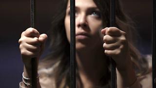 شاهد: إمرأة تسجن في الإمارات بسبب النظر إلى هاتف زوجها