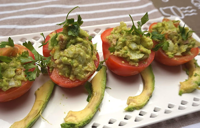 Tomates rellenos de ensaladilla de aguacate y atún.