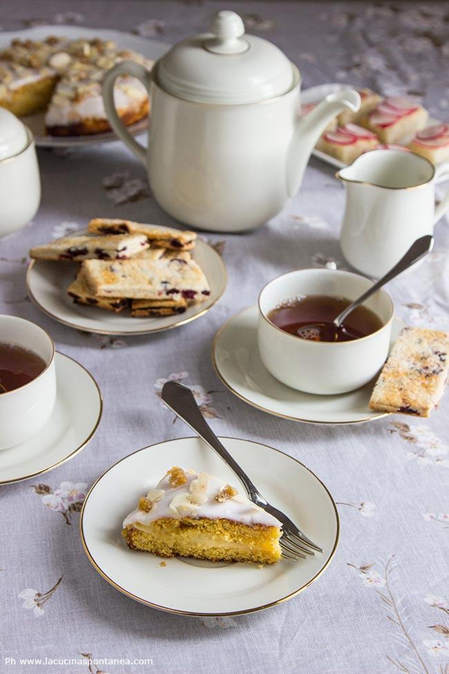 Foto con sand cake, biscotti garibali e crostini per un afternoon tea