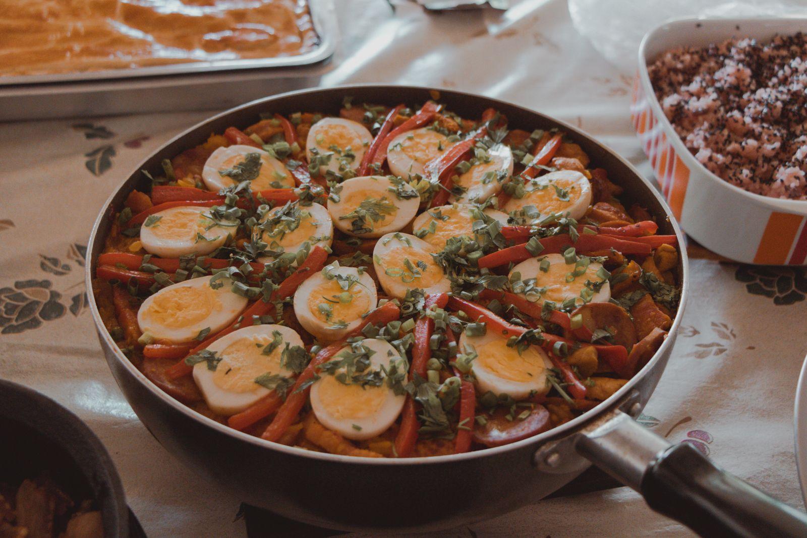 Aniversário com Paella e Corn Dogs paella ovos carne suína