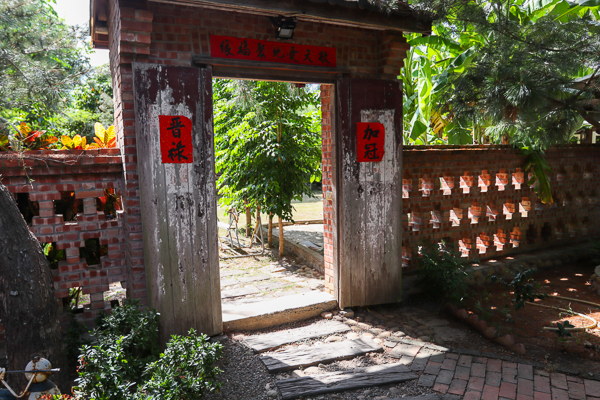 人間食解生態養生坊古色古香庭園、小木屋、生態池,還有漢服體驗