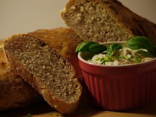 knuspriges Brot mit Frischkäse