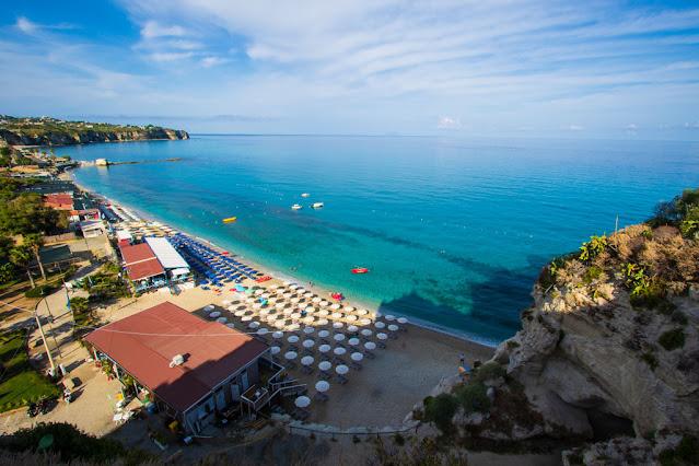 Santuario di Santa Maria dell'isola di Tropea-Vista panoramica sulla spiaggia sulla sinistra