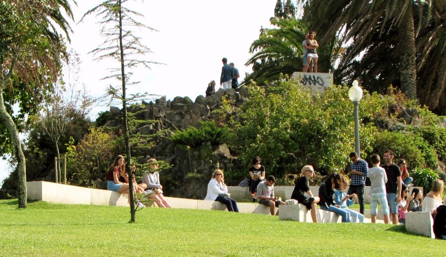 pessoas sentadas nos bancos do Jardim do Morro