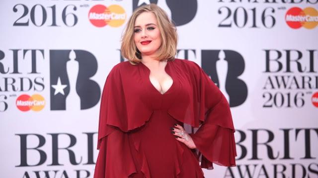 El hijo de Adele asiste por primera vez a uno de sus conciertos y la cantante no contiene la emoción (VIDEO)