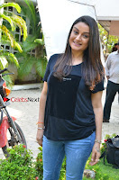 Tamil Actress Sonia Agarwal Pos in Denim Jeans at Unnaal Ennaal Movie Shooting Spot  0008.jpg