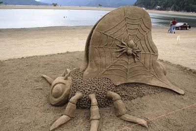 Escultura de arena de insectos