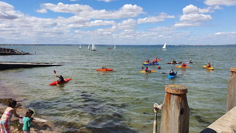 海港旁邊便是遊艇俱樂部,許多海上皮艇與風帆