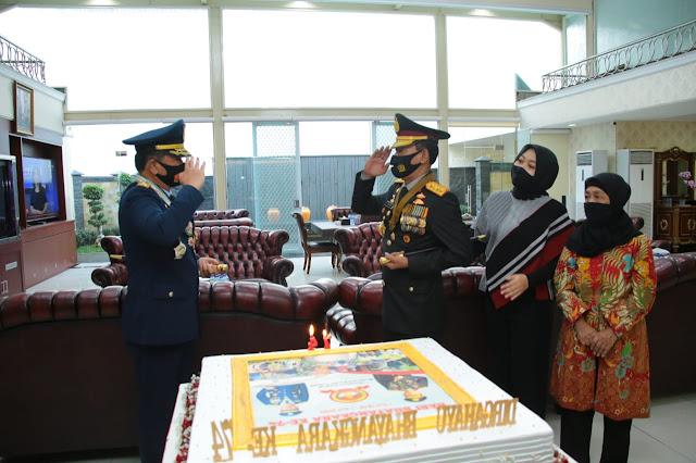 Panglima TNI Berikan Kejutan Kepada Kapolri di HUT Polri ke-74