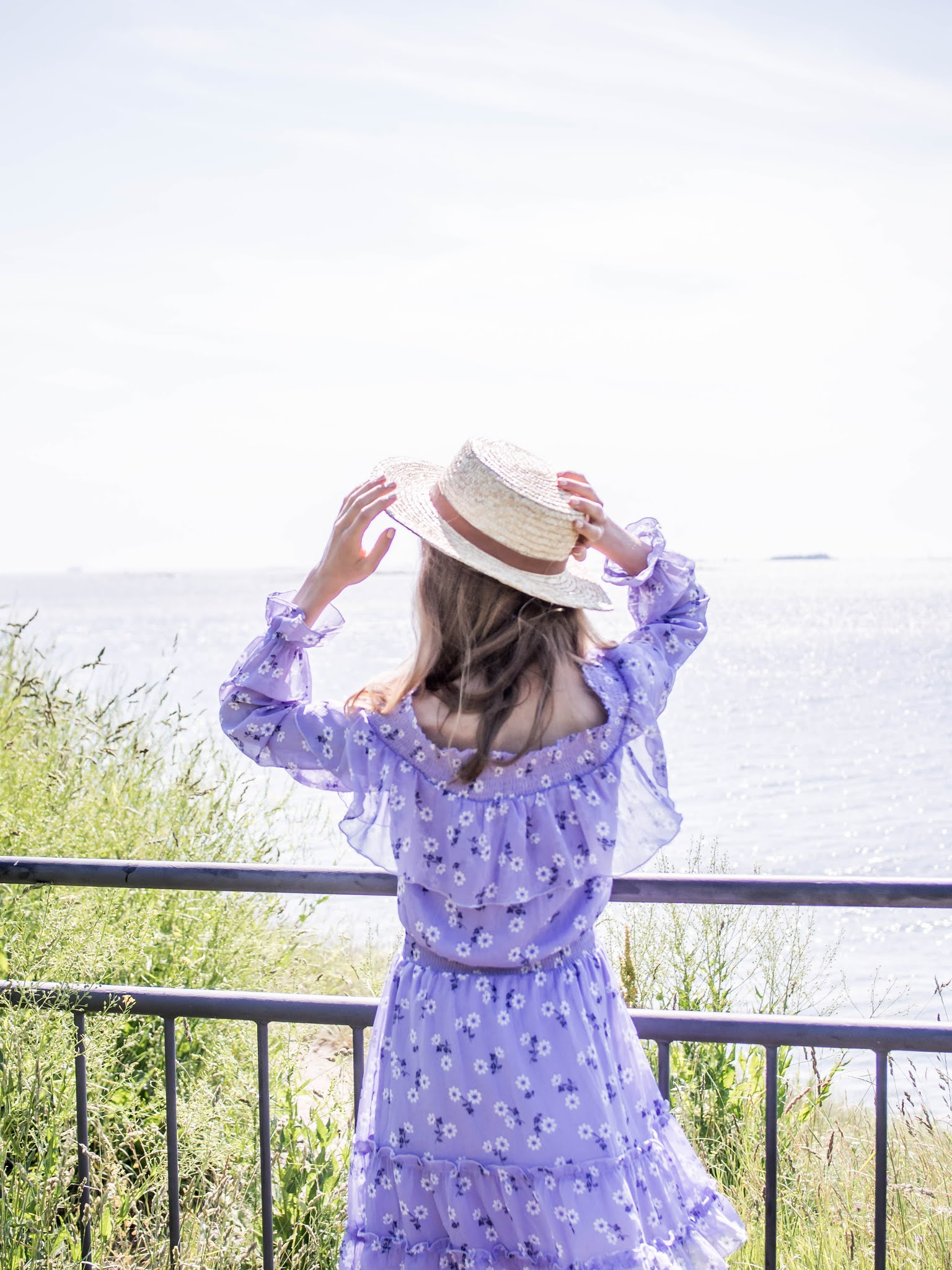 Summer outfit with lilac floral dress and straw hat - Kesäasu, vaaleanvioletti kukkamekko, olkihattu