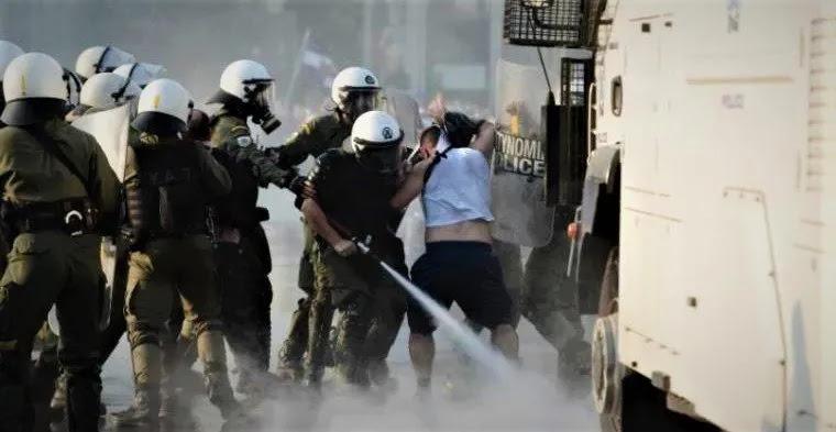 Επίθεση αστυνομίας και συμμοριτών (γιαυτό δεν έχει κόσμο η φιδοφωλιά τους)  κατά ανεμβολίαστων στο Σύνταγμα