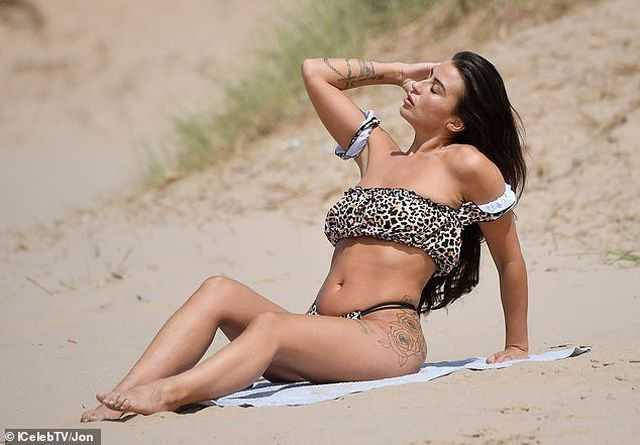 Jenny Thompson bốc lửa với bikini gợi cảm