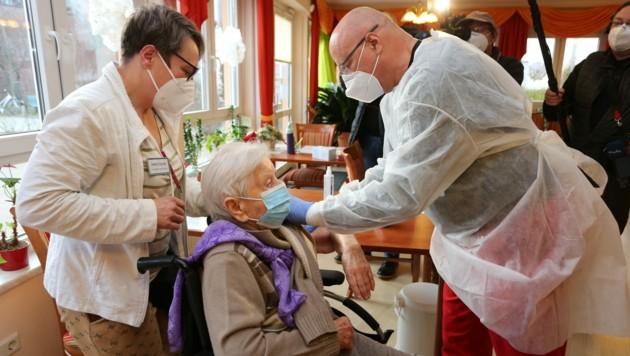 Prognozuojama klaida: aštuoni Vokietijos senelių namų darbuotojai gavo penkis kartus didesnę vakcinos dozę