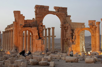 Islamic State blows up Palmyra 'Arch of Triumph'